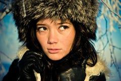 Retrato de una muchacha en un sombrero de piel Foto de archivo