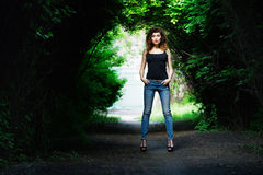 Retrato de una muchacha en una camisa negra Verano Fotos de archivo libres de regalías