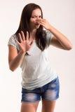 Retrato de una muchacha en una camiseta blanca Fotos de archivo