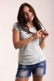Retrato de una muchacha en una camiseta blanca Imagen de archivo