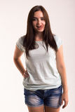 Retrato de una muchacha en una camiseta blanca Imagen de archivo libre de regalías