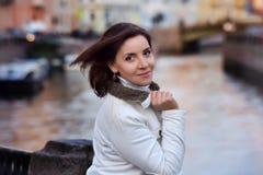 Retrato de una muchacha en una chaqueta blanca Fotografía de archivo