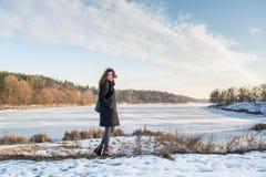 Retrato de una muchacha europea del pelo rojo hermoso joven en la estación del invierno fotografía de archivo