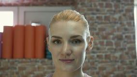 Retrato de una muchacha europea almacen de metraje de vídeo