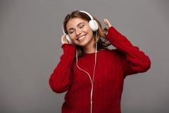 Retrato de una muchacha feliz alegre en suéter rojo Foto de archivo libre de regalías