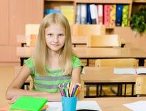 Retrato de una muchacha feliz en sala de clase Fotografía de archivo libre de regalías