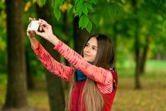 Retrato de una muchacha feliz smilling a la cámara móvil Foto de archivo libre de regalías