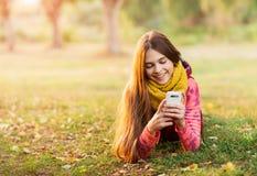Retrato de una muchacha feliz smilling a la cámara móvil Imagenes de archivo