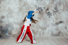 Retrato de una muchacha femenina joven sonriente del Taekwondo contra una pared del grunge imágenes de archivo libres de regalías