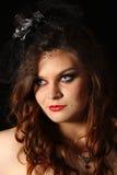 Retrato de una muchacha gótica adolescente del vampiro del estilo con los ojos azules blancos Fotos de archivo