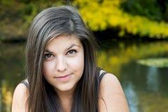 Retrato de una muchacha hermosa adentro al aire libre Foto de archivo