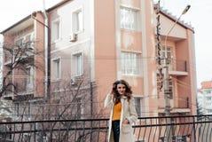 Retrato de una muchacha hermosa al aire libre Foto de archivo libre de regalías