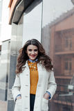 Retrato de una muchacha hermosa al aire libre Fotos de archivo libres de regalías