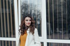 Retrato de una muchacha hermosa al aire libre Fotos de archivo