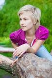 Retrato de una muchacha hermosa al aire libre en el parque Fotos de archivo libres de regalías