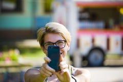Retrato de una muchacha hermosa con el teléfono Fotos de archivo libres de regalías