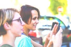 Retrato de una muchacha hermosa con el teléfono Foto de archivo libre de regalías