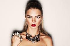 Retrato de una muchacha hermosa con joyería Imagen de archivo libre de regalías