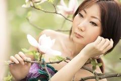Retrato de una muchacha hermosa con la piel bien arreglada y el maquillaje hermoso foto de archivo