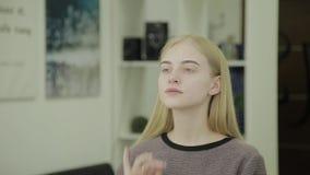 Retrato de una muchacha hermosa con las cejas enmarcadas para colorear en un salón de belleza almacen de metraje de vídeo