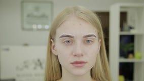Retrato de una muchacha hermosa con las cejas enmarcadas para colorear en un salón de belleza metrajes
