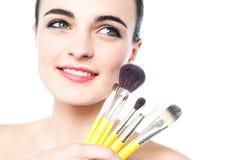 Retrato de una muchacha hermosa con los cepillos del maquillaje Imagen de archivo libre de regalías