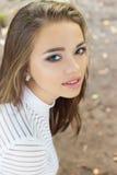 Retrato de una muchacha hermosa con los ojos azules, labios llenos, maquillaje hermoso en la calle en un día soleado Imágenes de archivo libres de regalías