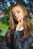 Retrato de una muchacha hermosa con los ojos azules, labios llenos, maquillaje hermoso en la calle en un día soleado Imagen de archivo libre de regalías