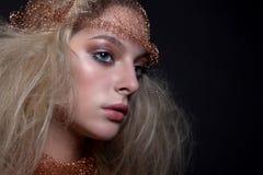 Retrato de una muchacha hermosa con maquillaje y hairdress Imagenes de archivo