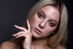 Retrato de una muchacha hermosa con maquillaje y pelo Fotos de archivo libres de regalías