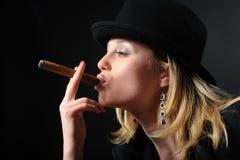Retrato de una muchacha hermosa con un cigarro Fotografía de archivo
