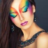 Retrato de una muchacha hermosa con un multicolor brillante de la moda foto de archivo