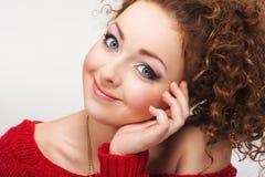 Retrato de una muchacha hermosa con una sonrisa Foto de archivo libre de regalías