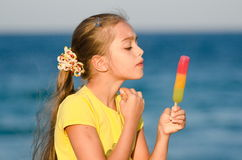 Retrato de una muchacha hermosa contra el mar Foto de archivo libre de regalías