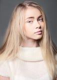 Retrato de una muchacha hermosa del adolescente con el pelo largo Foto de archivo libre de regalías