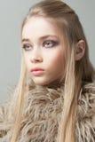 Retrato de una muchacha hermosa del adolescente con el pelo largo Foto de archivo