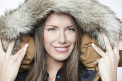 Retrato de una muchacha hermosa del invierno aislada en blanco Foto de archivo libre de regalías