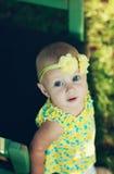 Retrato de una muchacha hermosa del liitle que mira para arriba Fotos de archivo