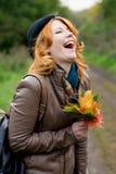 Retrato de una muchacha hermosa del redhair en el parque del otoño. Fotos de archivo