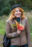 Retrato de una muchacha hermosa del redhair en el parque del otoño. Imagenes de archivo