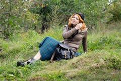 Retrato de una muchacha hermosa del redhair en el parque del otoño. Imagen de archivo libre de regalías