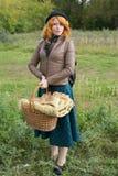 Retrato de una muchacha hermosa del redhair en el parque del otoño. Foto de archivo libre de regalías