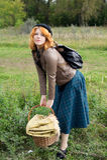 Retrato de una muchacha hermosa del redhair en el parque del otoño. Imagen de archivo