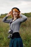 Retrato de una muchacha hermosa del redhair en el parque del otoño. Fotografía de archivo libre de regalías