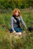 Retrato de una muchacha hermosa del redhair en el parque del otoño. Fotografía de archivo
