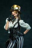 Retrato de una muchacha hermosa del steampunk con los prismáticos Fotos de archivo