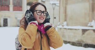 Retrato de una muchacha hermosa El escuchar la música en la ciudad nevosa almacen de video