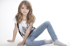Retrato de una muchacha hermosa en camiseta y pantalones Imagenes de archivo