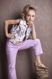 Retrato de una muchacha hermosa en camiseta y pantalones Foto de archivo libre de regalías