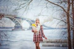 Retrato de una muchacha hermosa en una capa de la tela escocesa Fotografía de archivo libre de regalías